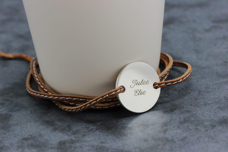 un bracelet avec le pr nom des enfants pour la f te des. Black Bedroom Furniture Sets. Home Design Ideas